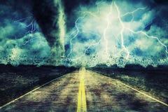 Tornado potente sulla strada in tempestoso illustrazione di stock