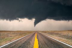 Tornado que cruza la carretera foto de archivo