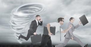 Tornado skręcarki malujący i ciemny niebo z biznesmenów biegać obrazy royalty free