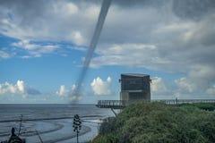 Tornado sobre la superficie del mar fotografía de archivo