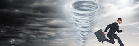 Tornado twister geschilderde en donkere hemel met zakenman het lopen Stock Fotografie