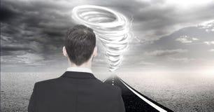 Tornado twister geschilderde en donkere hemel met zakenman op weg stock afbeelding