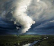 Wielki tornado tworzy wokoło niszczyć Obrazy Royalty Free