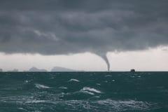 Tornado y nube de tormenta en el mar mientras que la nave está navegando fotografía de archivo libre de regalías