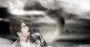 Tornadotwister und -bewölkter Himmel mit dem Mann ängstlich lizenzfreie stockfotografie