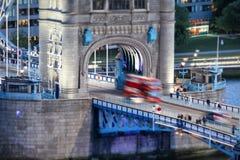 Tornbro i London med suddig trafik arkivfoto
