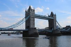 Tornbro, London England, med blå himmel royaltyfri bild
