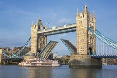 Tornbro och fartyg Royaltyfria Bilder