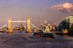 Tornbro och HMSEN Belfast, London arkivfoton