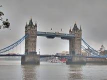 Tornbro och mörk molnig himmel Arkivfoton