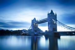 Tornbro och reflexion i en flod Royaltyfri Foto
