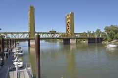 Tornbro och Sacramentoet River Kalifornien Arkivfoto