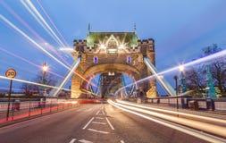 Tornbro och trafik royaltyfri foto