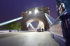 Tornbro på natten Arkivfoton