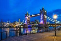 Tornbro på natten Arkivbild
