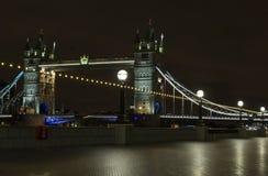 Tornbro på natten i London Förenade kungariket Royaltyfri Fotografi