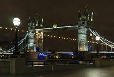 Tornbro på natten i London Förenade kungariket Arkivbild