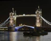 Tornbro på natten. London. England Royaltyfri Fotografi