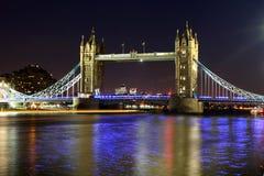 Tornbro på natten, London, UK Arkivbilder