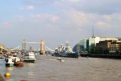 Tornbro, Thames River, HMS Belfast i en solig sommardag fotografering för bildbyråer