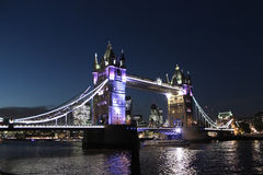 Tornbro vid natten Thames River London England UK Royaltyfria Bilder