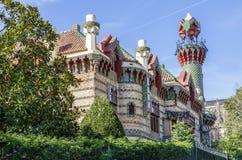 Torndetalj Gaudi Caprico i Comillas royaltyfri foto