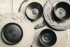 Torne côncavo cerâmico cru (não faz a queimadura) no fundo de madeira Imagens de Stock Royalty Free