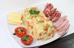 Torne côncavos tomates presunto e queijo das ervilhas da cenoura das batatas da maionese Fotos de Stock