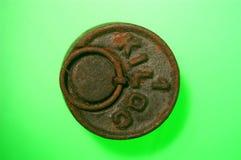 Torne mais pesado o ferro, ferro oxidado do weightseight do ferro do wtwo no fundo verde Imagens de Stock Royalty Free
