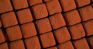 Torneado de las trufas de chocolate,