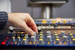 Torneado de los botones en la consola de mezcla Imagen de archivo