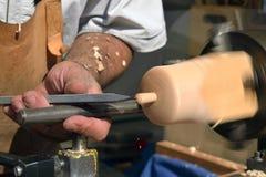 Torneado de una figura de madera Foto de archivo libre de regalías