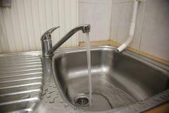 Torneira de água de trabalho em uma cozinha imagem de stock royalty free