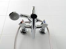 Torneira de água do cromo no banheiro branco Fotografia de Stock