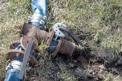 Torneira de água do ferro com interruptores e a flauta azul fotos de stock royalty free