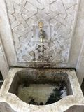 Torneira de água na instalação decorativa imagem de stock royalty free