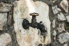Torneira de água retro velho do ar livre Localizado no jardim foto de stock