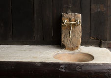 Torneira de Chrome e um dissipador em um decord de madeira de uma casa tradicional foto de stock
