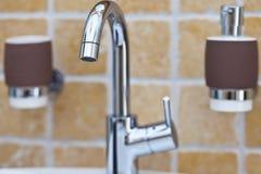Torneira de misturador de Chrome no banheiro fotografia de stock