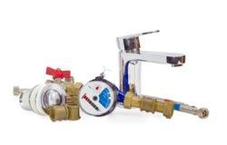 Torneira de misturador, medidor de água e alguns componentes do encanamento fotografia de stock