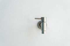 Torneira de prata oxidado velho na parede branca Fotos de Stock Royalty Free