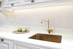 Torneira dourado clássico retro luxuoso da cozinha Dispositivos modernos fotografia de stock royalty free