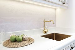 Torneira dourado clássico retro luxuoso da cozinha Dispositivos modernos imagem de stock royalty free