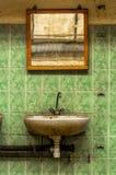 Torneira e espelho industriais foto de stock