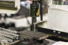 Torneira e máquina de parafuso com o workpiece na fábrica foto de stock royalty free