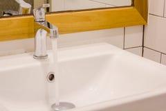 Torneira e volume de água Imagens de Stock Royalty Free