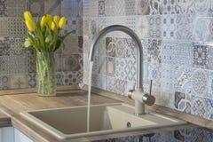 Torneira e volume de água da cozinha fotografia de stock
