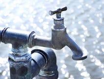 Torneira industrial velho com água Foto de Stock