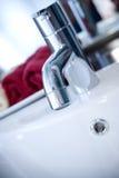 Torneira limpa e moderna com toalhas vermelhas Fotos de Stock Royalty Free
