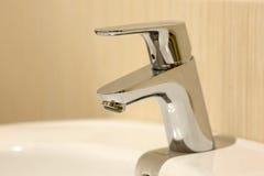 Torneira moderno do cromo do banheiro Fotografia de Stock